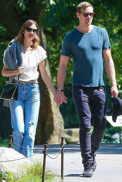 Alexander Skarsgaard holds hands with his former girlfriend Alexei Cheung in the park (Photo: Instagram)